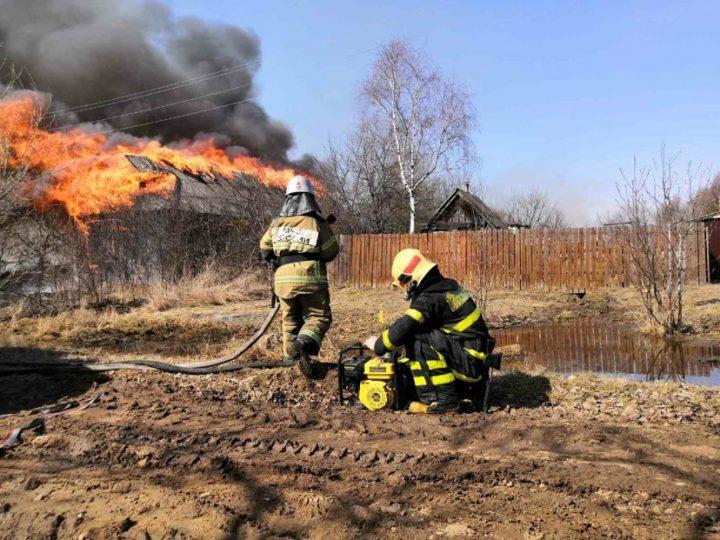В Гусь-Хрустальном районе горит деревня